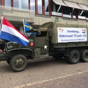 Stichting Veteranen Oldenzaal rijdt voor zorgcentra op Bevrijdingsdag Oldenzaal
