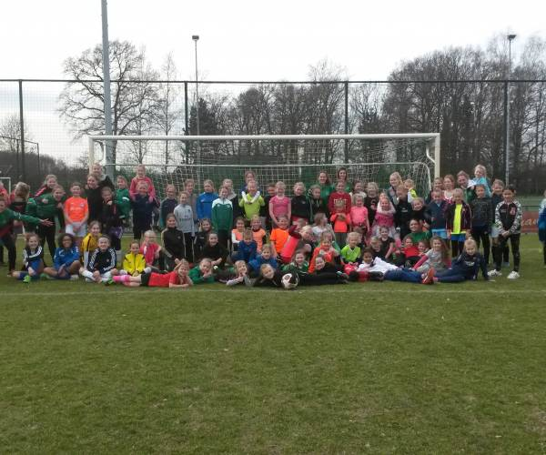 Meidenvoetbalclinic FC Berghuizen groot succes