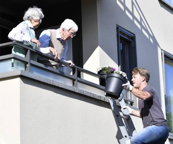 Buurt zet woningen Scholtenhof in de bloemen