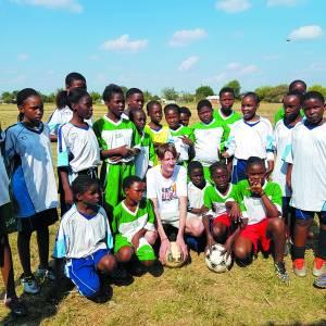 Inzameling tweedehands voetbalschoenen Stichting Kicks4Africa tijdens najaarskermis
