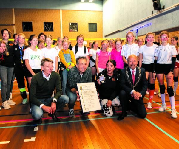 Volleybalvereniging Pollux ontvangt de zilveren erepenning