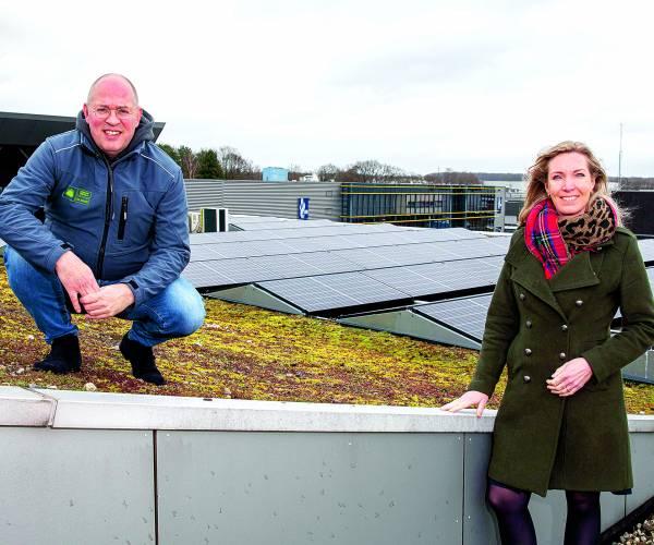 Duizendste zonnepaneel op het dak van Kringloopbedrijf De Beurs
