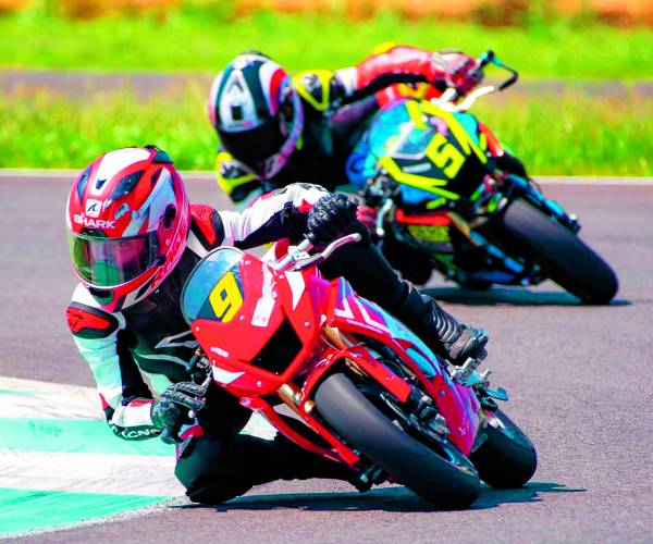 Oldenzaler Teun Tigcheler 12 jaar en nu al kampioen motorrace